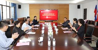 """中(zhong)國海洋大學(xue)舉行""""高校銀齡(ling)教師(shi)支援(yuan)西部計劃(hua)""""援(yuan)派(pai)教師(shi)歡(huan)送儀式"""